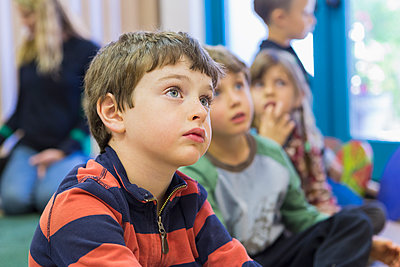 Children sitting and listening in classroom - p555m1410211 by Marc Romanelli