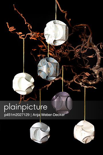 Christbaumkugeln aus Papier - p451m2027129 von Anja Weber-Decker