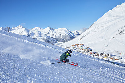 Austria, Tyrol, Kuehtai, man skiing in winter landscape - p300m1587437 by Christian Vorhofer