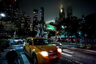 New York, United States Beautiful woman (Brooklyn) - p300m2156584 von Oscar Carrascosa Martinez