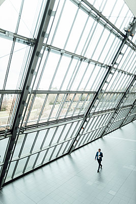 Male business professional walking in corridor - p300m2266292 by Gustafsson