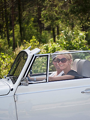 Mid adult couple in convertible car, rear view - p312m696047 by Matilda Lindeblad