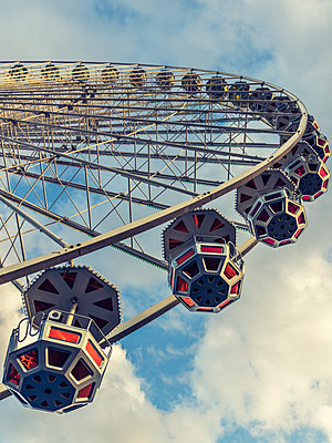 Ferris wheel - p401m1225596 by Frank Baquet