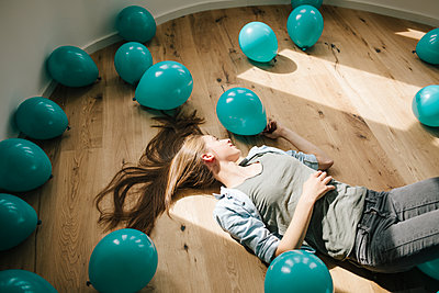 Young woman in new apartment with balloons - p586m1064886 by Kniel Synnatzschke