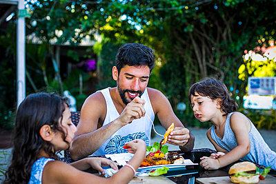 Familie beim essen - p680m1511658 von Stella Mai