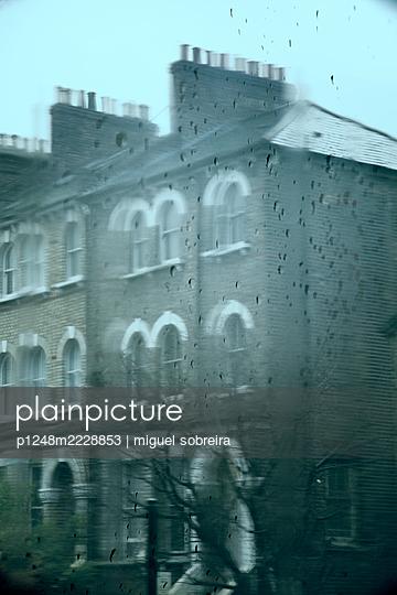 Haus im viktorianischen Stil bei Regen durch Fensterglas - p1248m2228853 von miguel sobreira