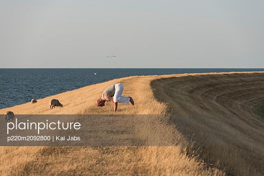 Yoga auf dem Deich - p220m2092800 von Kai Jabs