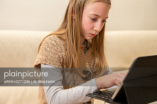 UK, Surrey, Girl (10-11) using laptop at home - p924m2271236 by G. Mazzarini
