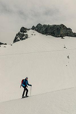 Male alpinist snowshoeing - p081m1137252 by Alexander Keller