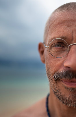 Portrait of man wearing metal-rimmed glasses - p1324m1441283 by michaelhopf