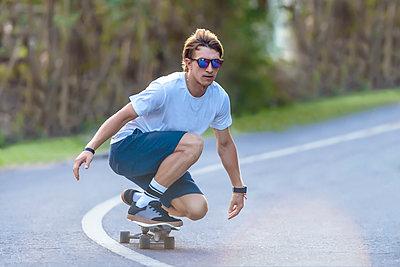 Young man skateboarding in street - p343m1578160 by Konstantin Trubavin
