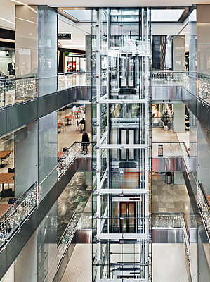 Panorama Lift aus Glas in Shopping Mall - p390m1159271 von Frank Herfort