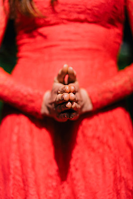 Woman in red summer dress folding hands - p586m1039375 by Kniel Synnatzschke