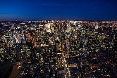 Manhattan am Abend - p741m892687 von Christof Mattes