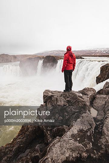 Iceland, man standing at Godafoss waterfall - p300m2003896 von Kike Arnaiz