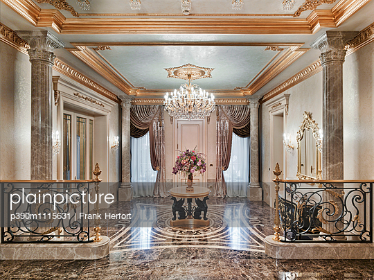 Ample hall in luxury villa - p390m1115631 by Frank Herfort