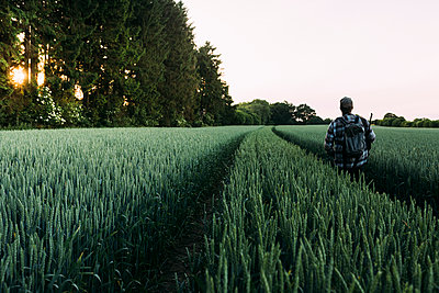 Jäger im Feld - p1076m1442137 von TOBSN