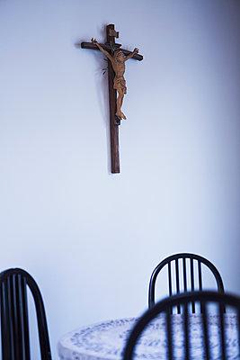 Kruzifix über Wohnzimmertisch - p1149m1573357 von Yvonne Röder