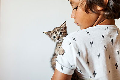 lLttle boy holding kitten on his arm - p300m1166396 by Valentina Barreto