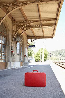 Roter Koffer am Bahnsteig - p4641213 von Elektrons 08