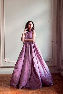 Frau im langen lila Abendkleid - p947m2192560 von Cristopher Civitillo