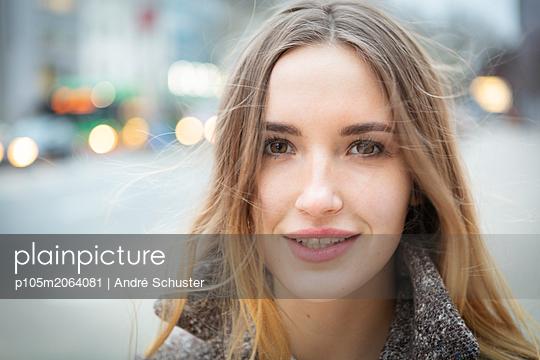 Portrait einer jungen Frau in der Stadt - p105m2064081 von André Schuster