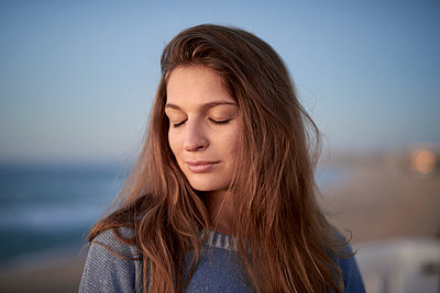 Portrait of young woman with eyes closed - p1124m1503672 by Willing-Holtz