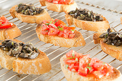 Bruschetta with tomatoes and black olives - p1149m1119812 by Yvonne Röder