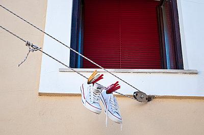 Trainers drying on washing line - p1170m1004552 by Bjanka Kadic