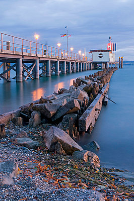 Germany, Lake Constance, Hagnau, Pier shelter at evening - p300m879328 by Holger Spiering