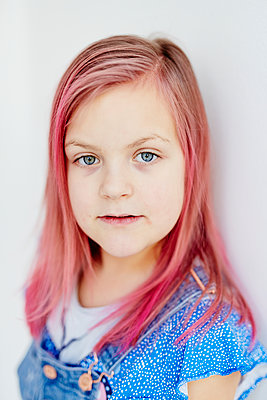 Portrait of girl with pink hair - p312m2174630 by Dayfotografi