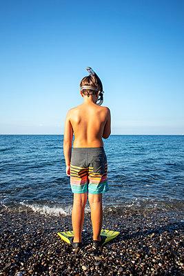 Junge mit Taucherbrille und Flossen - p1386m2026620 von Lindqvist