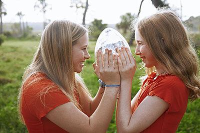 Schwestern in Rot - p1694m2291664 von Oksana Wagner