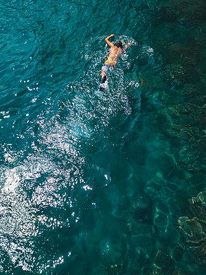 Man snorkeling in ocean - p300m2080975 by Konstantin Trubavin