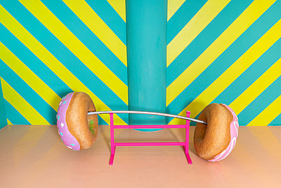 Oversized donuts as barbell at an indoor theme park - p300m2102165 von VITTA GALLERY