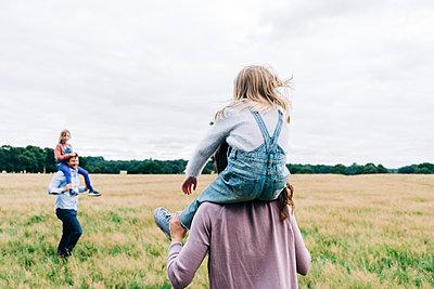Family having fun at the park. London, England. - p300m2298977 von Angel Santana Garcia