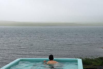 Heißer Pool am Fjord - p470m1004937 von Ingrid Michel