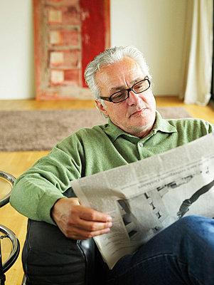Älterer Mann liest Zeitung  - p6430058 von senior images