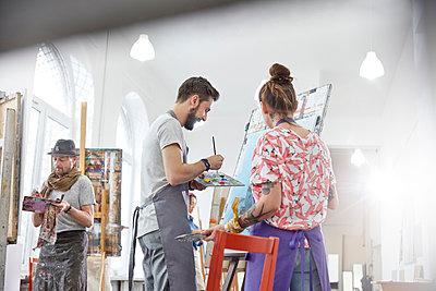 Artists painting at easel in art studio - p1023m1506499 by Agnieszka Olek