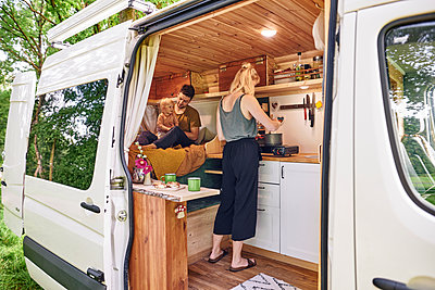 Family in Campervan cooking - p1124m2229006 by Willing-Holtz