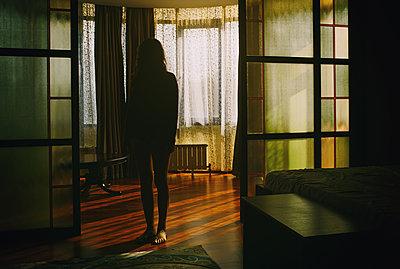 Frau in einem dunklen Raum - p1577m2175360 von zhenikeyev
