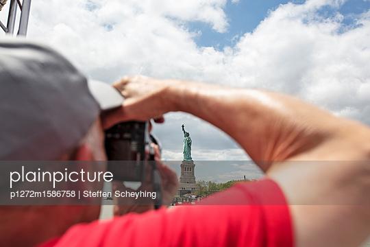 Mann fotografiert die Freiheitsstatue - p1272m1586758 von Steffen Scheyhing