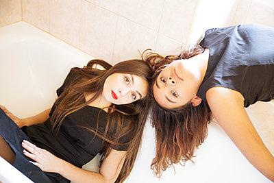 Zwei Frauen in der Badewanne - p1105m2133110 von Virginie Plauchut