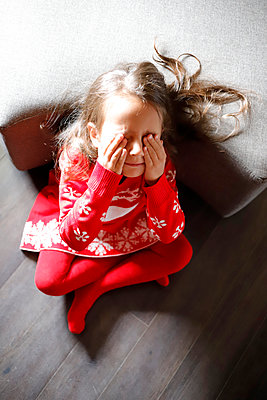 Little girl covering eyes with hands - p1105m2211741 by Virginie Plauchut
