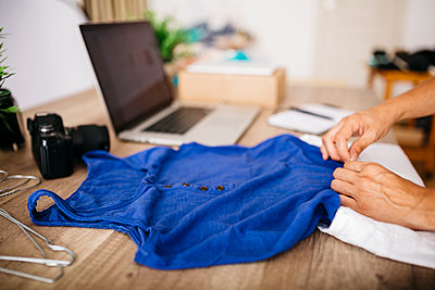 Woman with garment at desk - p300m1166827 by Josep Rovirosa