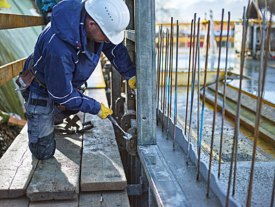 Construction worker working on plywood - p300m2023879 by Christian Vorhofer