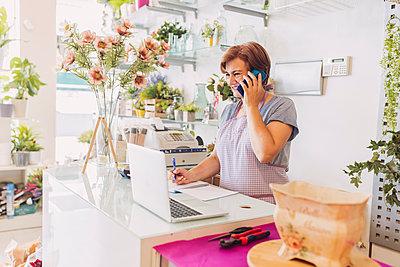 mature woman work in her flower business shop/SAPIN/GRANADA/GRANADA - p300m2300286 von DREAMSTOCK1982