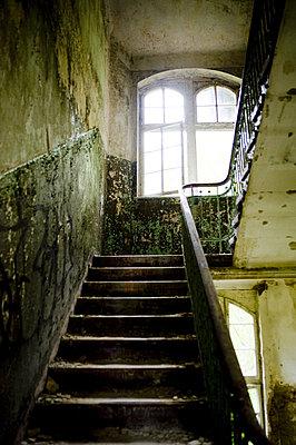 Beelitz Blick in altes Treppenhaus - p627m1035582 von Samantha Dietmar