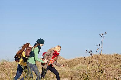 Three girls running - p981m952206 by Franke + Mans