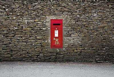 Red post box - p1057m925333 von Stephen Shepherd